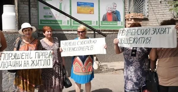 Скандал в общежитии Славянска: собственник перерезает жителям свет, они не платят за коммунальные
