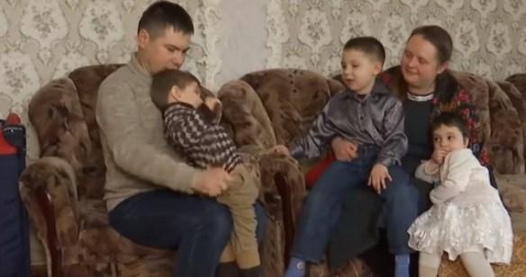 Переселенцы, которым купили дом в Славянске, довольны крышей над головой и на разбирательства с чиновниками им все равно