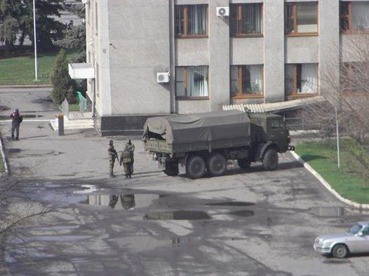 Захватчики Славянского горотдела милиции разрешили правоохранителям забрать личные вещи и оргтехнику. В городе замечена военная машина