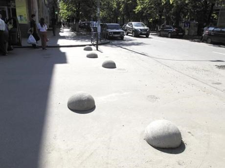 В Славянске полусферами преградили въезд на центральную площадь со стороны улицы Свободы и проезд к зданию налоговой инспекции