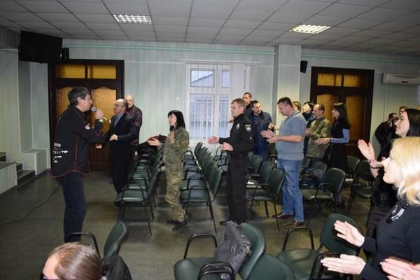День волонтера в Славянске: в отделе полиции пели песни и вручали награды