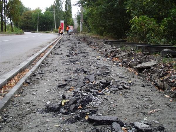 В Славянске подрядчики переделывают новый тротуар за свой счет