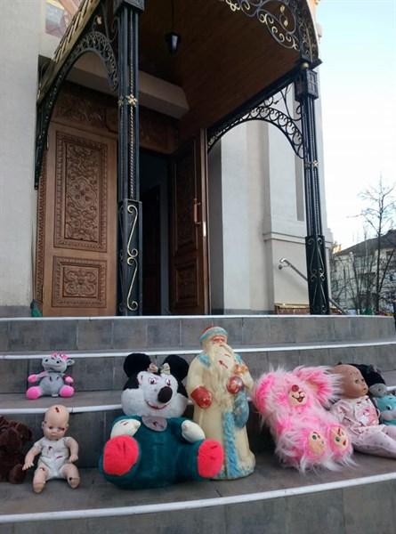 В Славянске несколько человек принесли куклы и оставили их возле храма Московского патриархата