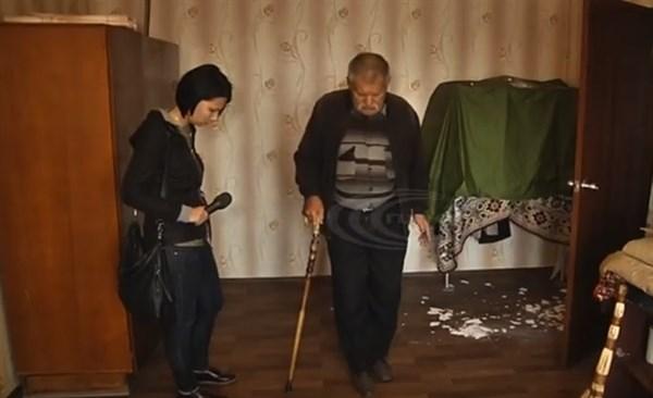 Жители отремонтированной после обстрелов многоэтажки в Николаевке жалуются на некачественный ремонт: крыша течет, обои отсырели
