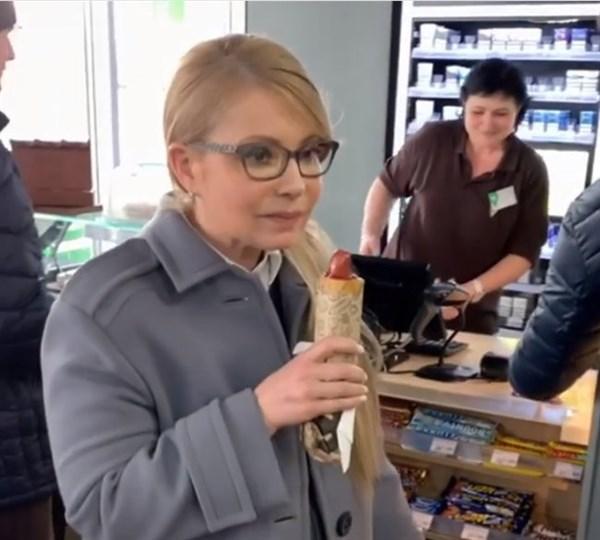 Как кандидат в Президенты Юлия Тимошенко возле Славянска хот-дог ела