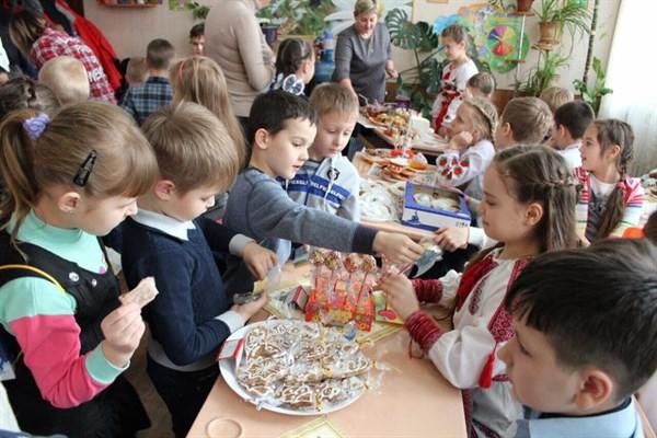 Школьники Славянска провели ярмарку и собрали деньги на подарки и игрушки для детей прифронтовой Авдеевки