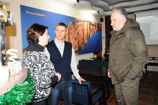 """Жебрівський відвідав арт-кафе піцерію """"Атмосфера"""", яку відкрили переселенці з Донецька"""