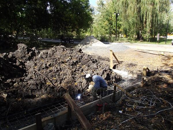 В центральном парке Славянска начали строить туалет за полтора миллиона