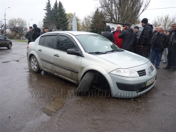 В Славянске по улице Шевченко возле магазина «20» был расстрелян автомобиль. Двое убитых, один, случайный прохожий, в тяжёлом состоянии
