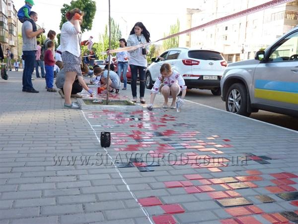 Славянск присоединился к празднованию Дня вышиванки. Городской тротуар украшен национальными орнаментами