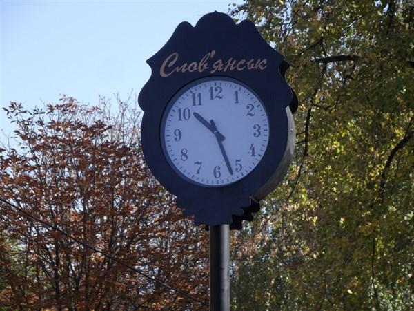 В Славянске возле уличных часов появится лавочка