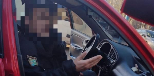 Сотрудника патрульной полиции в Краматорске и Славянске задержали на взятке. «Разводил» коллегу
