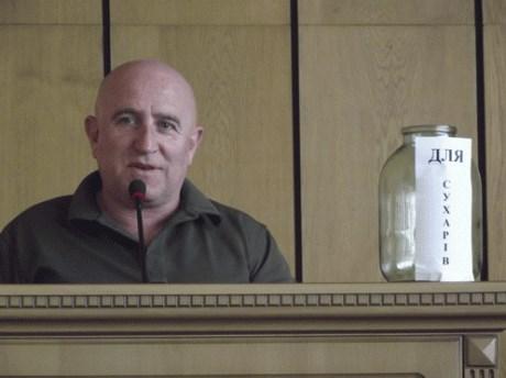 Славянский активист принес на совещание банку для сухарей мэру города