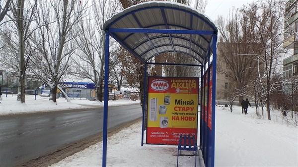В Славянске сотрудники частного предприятия установили скамейки на трех остановках