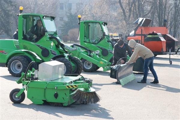 Будни Славянска: люди просят отремонтировать дорогу, местная власть показывает новую технику