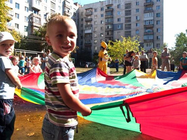 «Мы даже не всех своих соседей в лицо знаем»: как в Славянске возрождается традиция празднования «Дня нашего двора»