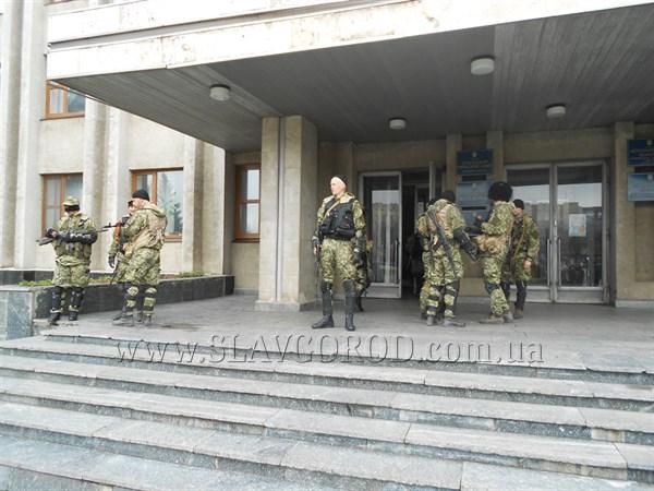 И совсем не страшно: в город приехали крымские «вежливые зелёные человечки»? Журналисту сайта Slavgorod.com.ua разрешили фотографировать