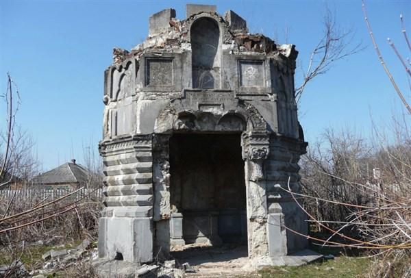 Журналисты показали, в каком состоянии в Славянске находится склеп Залесских – памятник архитектуры местного значения