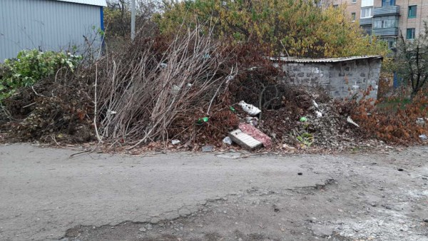 В микрорайоне Артема в Славянске растет мусорная свалка