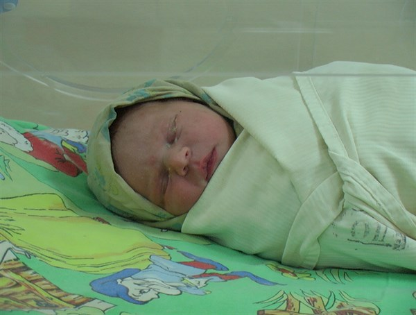 Жизни новорожденной девочки, которую бомж нашел в мусорном баке в Славянске, ничего не угрожает. (Фото)