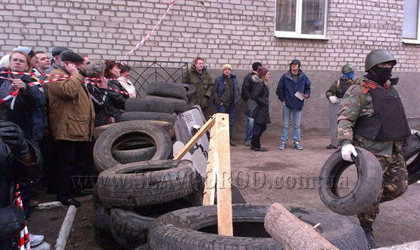 Шины, мешки с песком, деревянные щиты: вокруг Славянского горотдела милиции возводят баррикады