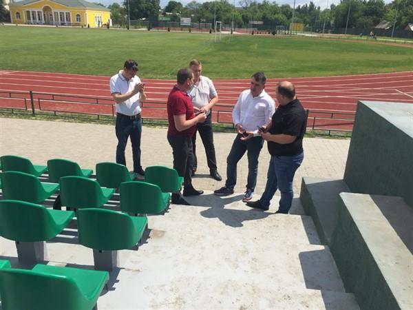 Мэр Славянска побывал в больнице, на стадионе и на пляже