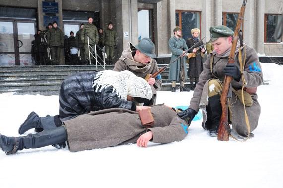 Як на Соборній площі проходила історична інсталяція з нагоди Дня пам'яті героїв Крут