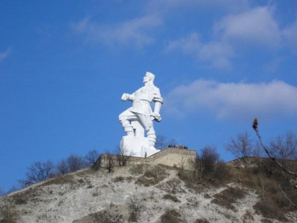 Памятник Артема в Святогорске: для власти - сепаратист, для ЮНЕСКО - скульптура национального значения