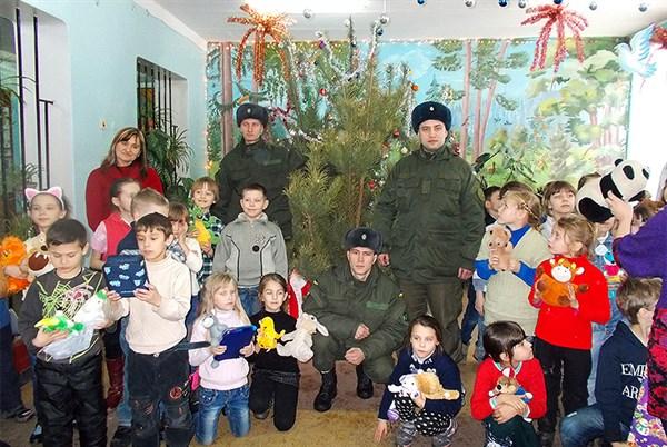 В Славянске военные Нацгвардии подарили детям новогоднюю елку и игрушки