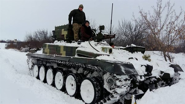 Фото дня: руководитель микрорайона в Славянске на танке управляла расчисткой улиц от снега