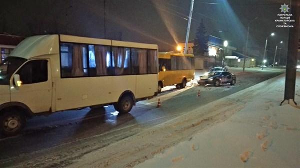 На улице Центральной в Славянске столкнулись Ford и два маршрутных автобуса Рута