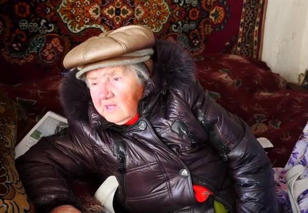 90-летняя жительница Славянска подрабатывает уличным музыкантом: у нее сгорел дом и мизерная пенсия