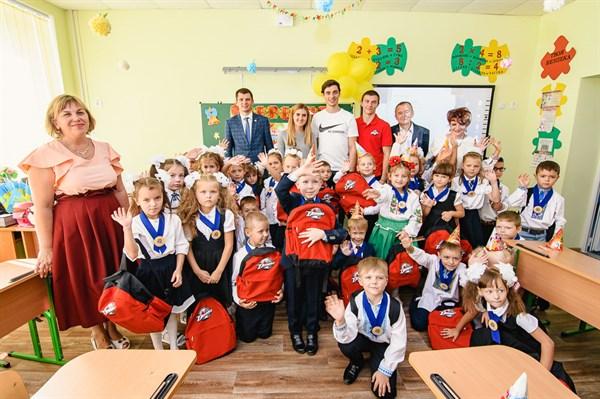 Первоклассники Донбасса получили от Фонда Бориса Колесникова рюкзаки и канцелярию