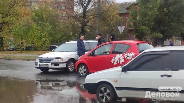 В Славянске утром столкнулись два автомобиля
