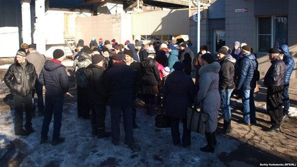В Славянске забастовка. Экс-сотрудники масложиркомбината требуют вернуть им зарплату: люди живут в нужде
