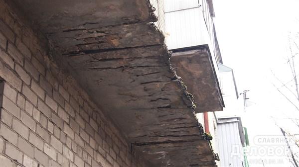 Балконы Славянска: отваливаются фрагменты и пугают изношенностью
