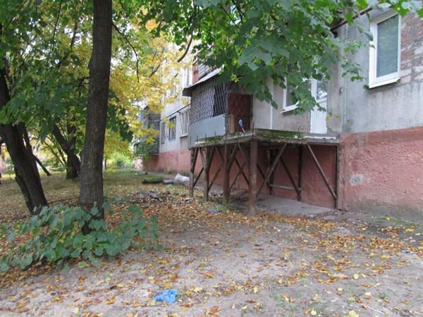 В Славянске мужчина упал с третьего этажа и разбился насмерть