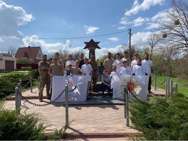 Члены бойцовских клубов Славянска и Николаевки привели в порядок памятники