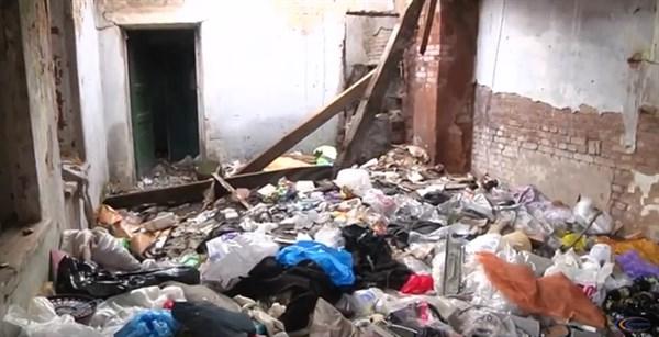 В здании возле Славянской ДЮСШ образовалась настоящая свалка, которую облюбовали бездомные. Родители детей бьют тревогу