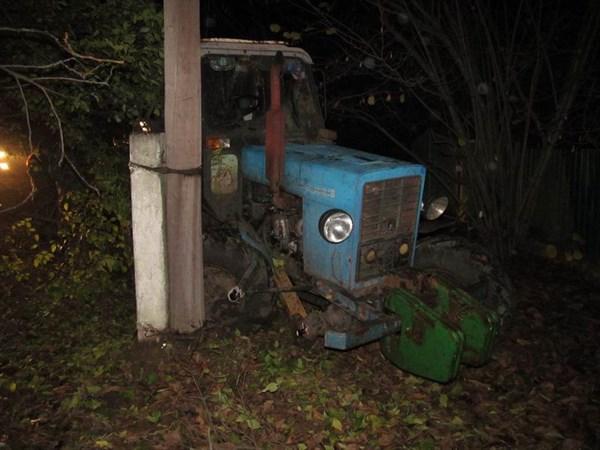 В Славянском районе работник угнал фермерский трактор, но уехать далеко не получилось – врезался в дерево