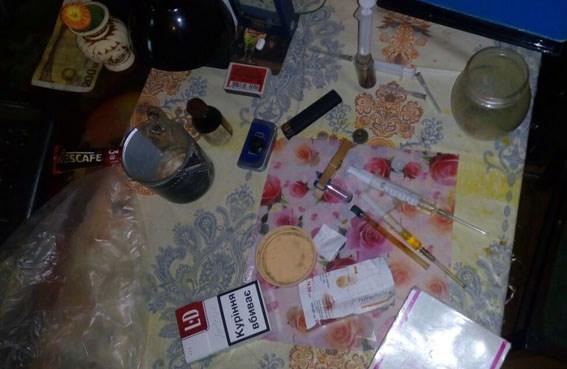 В Славянске полицейские закрыли очередной наркопритон, в  котором пожилая мать наркомана стала заложницей