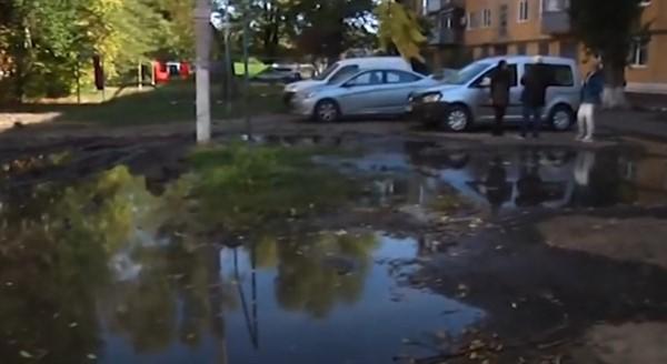 Двор пятиэтажки в Славянске периодически уходит под воду