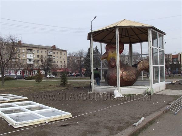 Курицу Нели Штепы убирают с площади: Чудо-птица с центральной площади Славянска переезжает в парк культуры и отдыха
