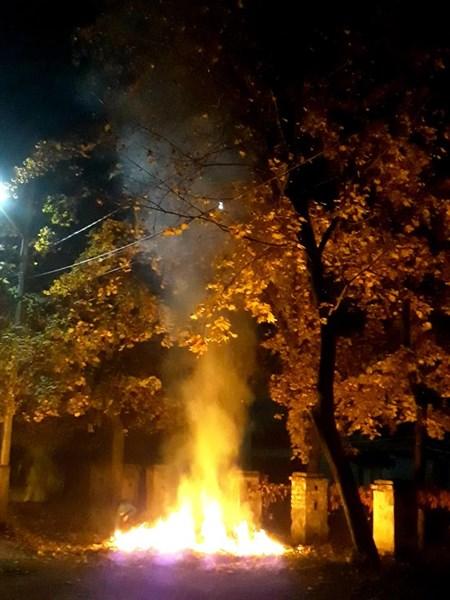 В Славянске по ночам жгут листву (ФОТОФАКТ)