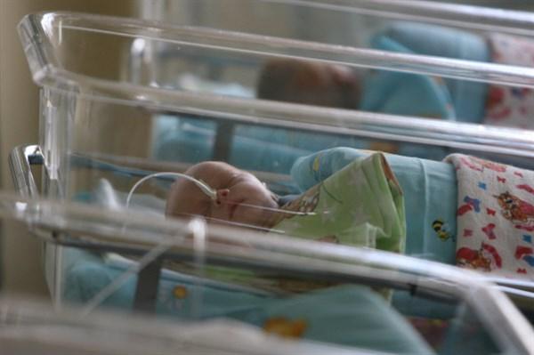 В Славянске бомж нашел на мусорнике новорожденную девочку, принес ее в милицию и получил премию