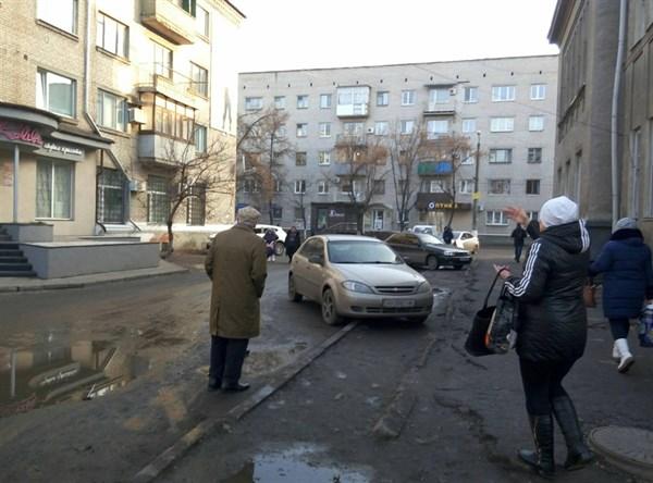 Жители Славянска просят полицию штрафовать водителей, паркующих свои автомобили где попало