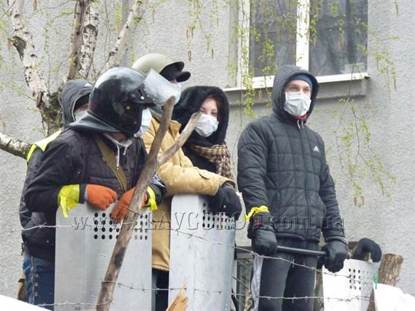 По словам активистов, которые сейчас находятся возле горотдела милиции, мэр Славянска выехала из города. Руководство взял афганец Вячеслав Пономарёв
