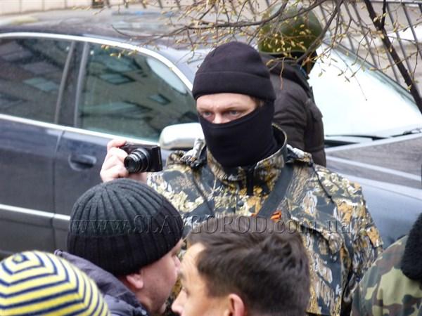 Вооружённые люди с георгиевскими ленточками захватили здание Славянского городского отдела милиции. На здании появился российский флаг
