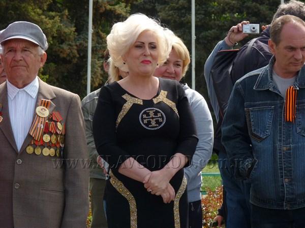 Вот так сюрприз: поздравить жителей Славянска с Днём Победы вышла на импровизированную сцену городской голова Неля Штепа