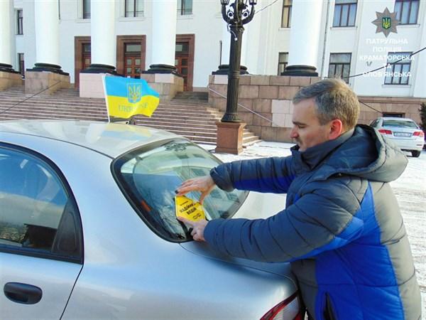 На автомобилях некоторых жителей Славянска появилась наклейки «Надежный водитель» и «Крутой водитель». Фотофакт